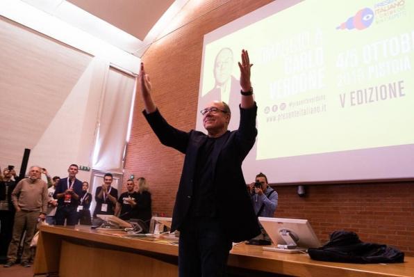 Carlo Verdone in piedi davanti al pubblico a Pistoia